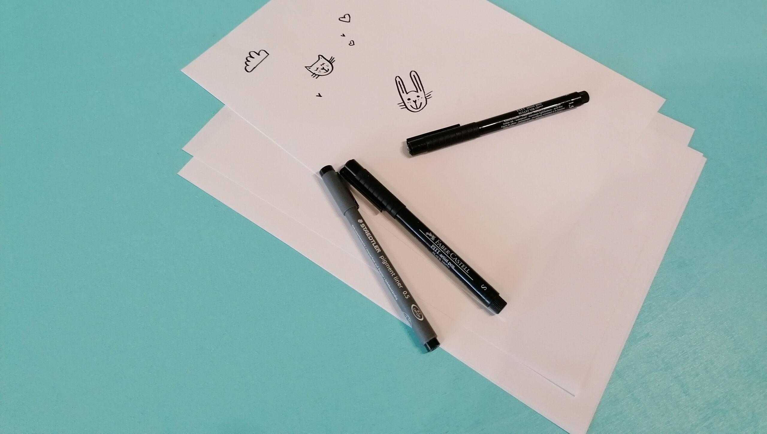 weißes Papier mit Skizzen und Stifte